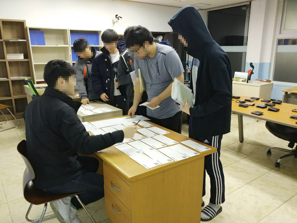 수험표와 신분증 배부